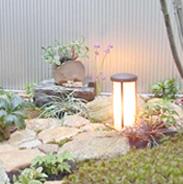 外灯が、優しくあたたかい雰囲気を醸し出す和の庭