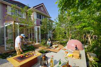 緑豊かな庭で過ごす贅沢時間
