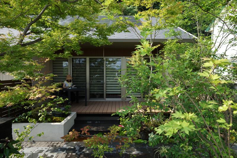 この庭は家から眺めるだけでなく、歩きながら、佇みながら、緑と風に包まれる心地良さを体感する庭。